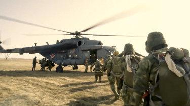 Подразделения спецназа России садятся на вертолет во время учений в Тамбовской области, западном военном округе России.