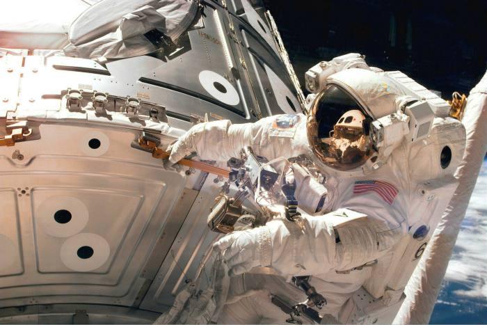 Астронавт Джеймс Х. Ньюман во время выхода в открытый космос в 1998 году © NASA / Getty