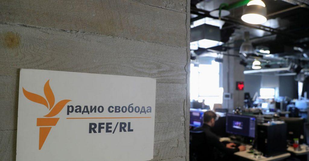Россия объявляет новостной сайт VTimes «иностранным агентом» и отправляет судебных приставов на Радио Свободная Европа.