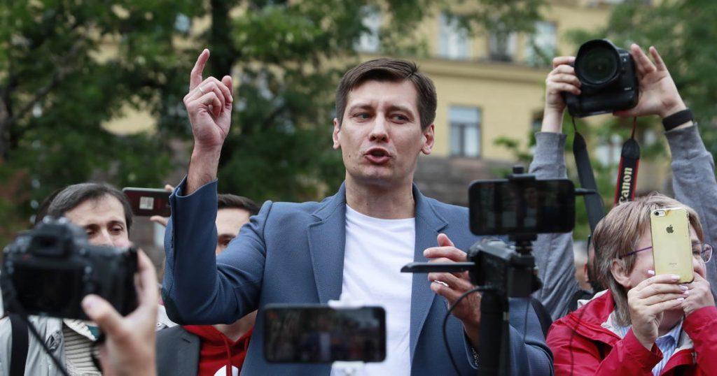 Критик Путина в изгнании Дмитрий Гудков говорит, что сбежал из России после того, как власти пригрозили «расследовать» его семью