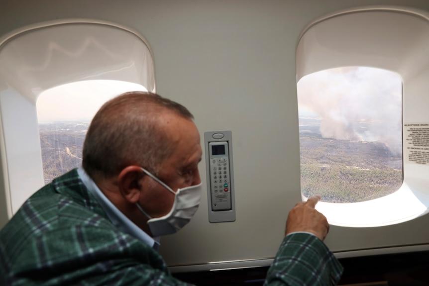 Президент Турции Реджеп Тайип Эрдоган наблюдает за лесными пожарами из своего самолета
