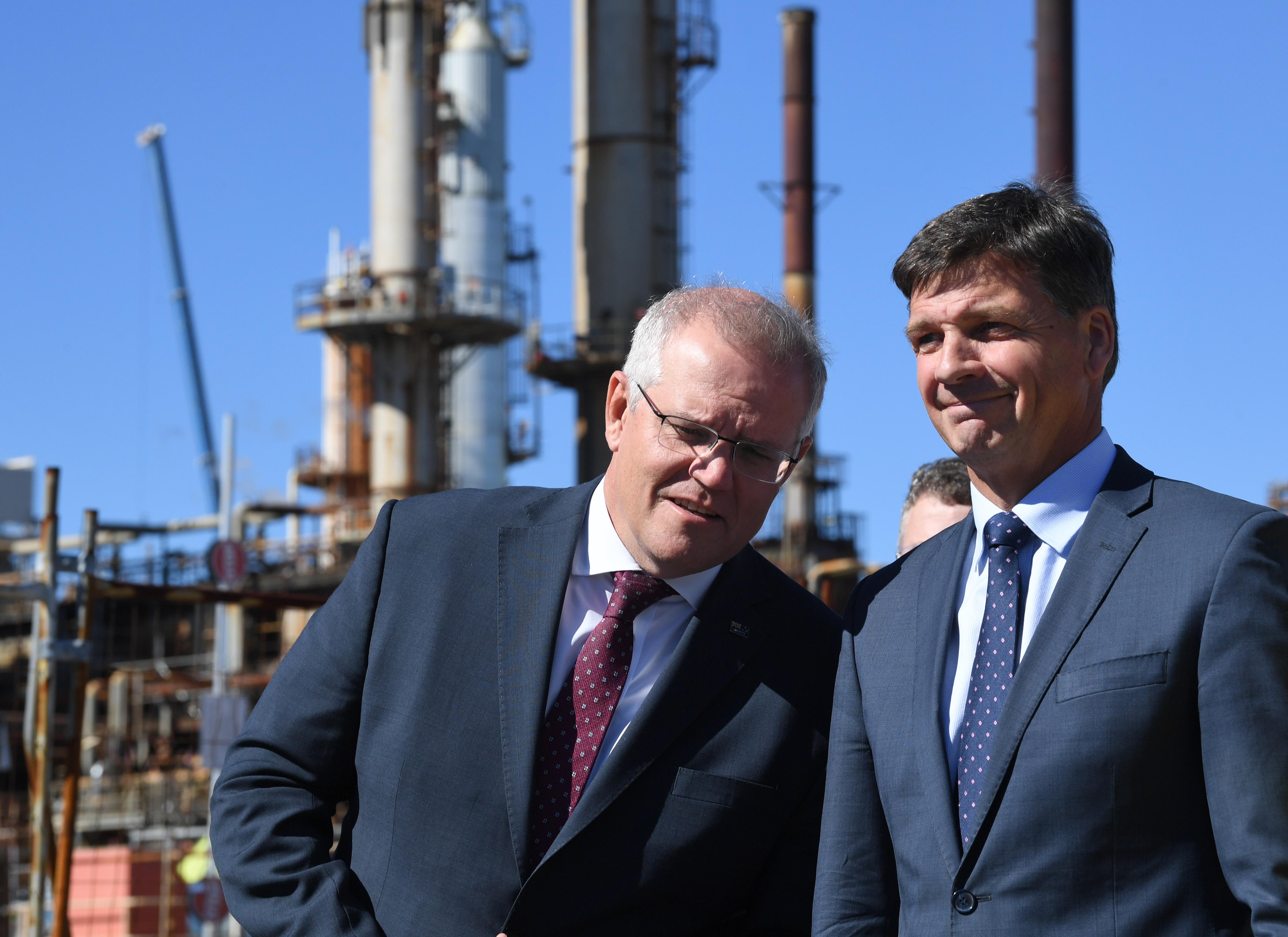 Скотт Моррисон (слева) и министр энергетики Ангус Тейлор (справа) во время посещения нефтеперерабатывающего завода Ampoule Lyton в Брисбене, понедельник, 17 мая 2021 года.