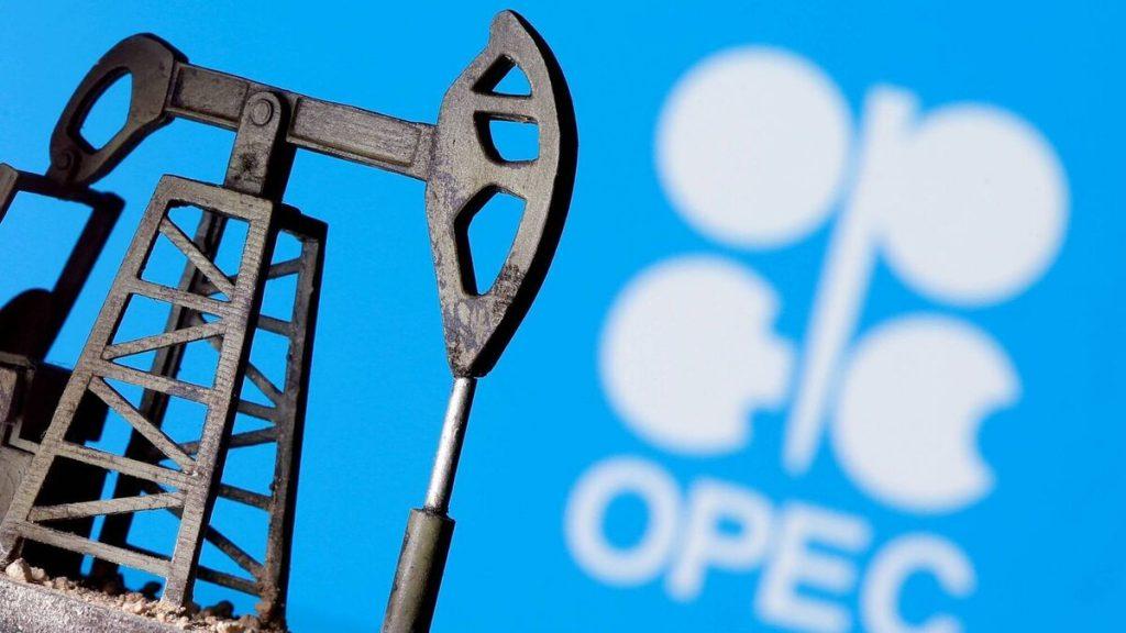 Цена на сырую нефть приближается к 82 долларам за баррель до нового семилетнего максимума.